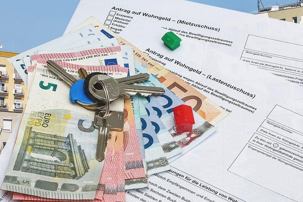 Geld und Schlüssel auf einem Wohngeld Antrag für Mietzuschuss und Lastenzuschuss